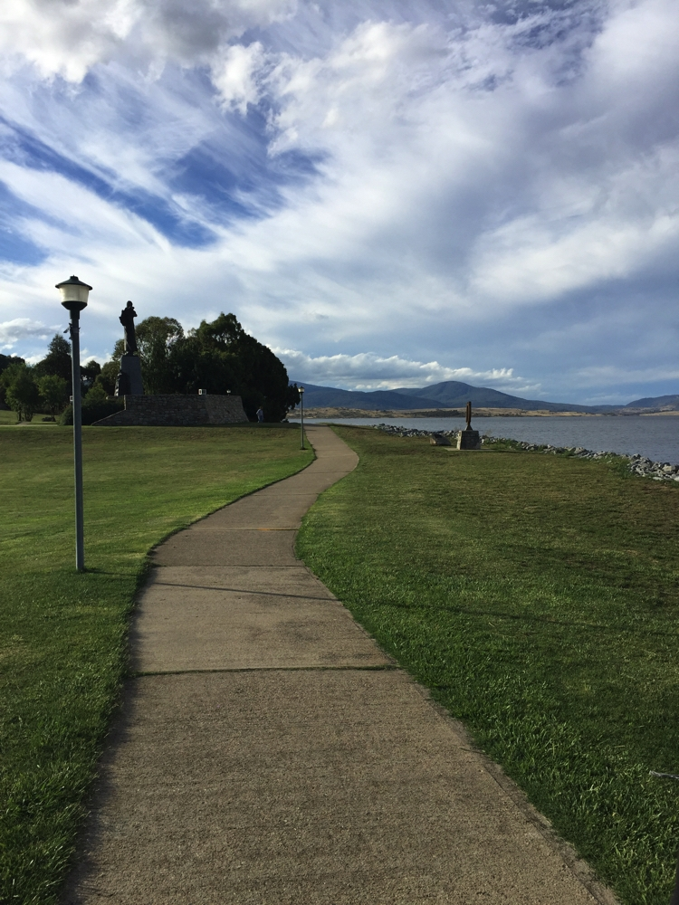 A pleasant walk around Lake Jindabyne.